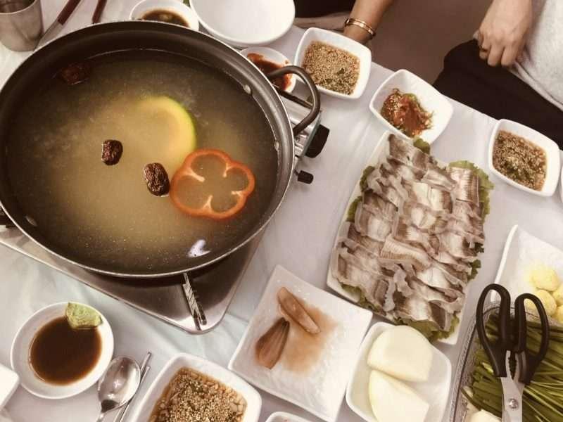 メインのはもしゃぶしゃぶ。ナツメや野菜の入った特製スープに通して頂く。